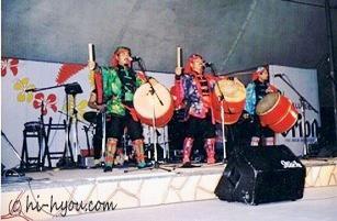 1990年オリオンビアフェスト(那覇・奥武山公園)のステージ。左がよし坊、真ん中が座長(玉城満)、右は藤木勇人