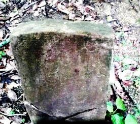 割れた古い石碑