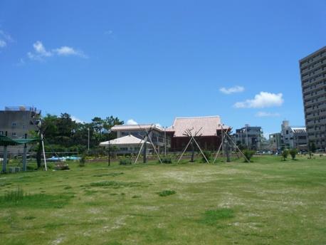 殺風景な芝生公園。奥の建物が至聖廟。