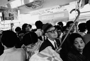 1970年当時の電車車内(写真家 野上眞宏さん撮影)