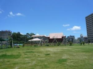 殺風景な芝生公園。奥の建物が至聖廟。なぜこの公園に25億もかかったのだろうか?