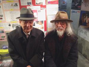 平良進さん(左)と高嶺剛監督(右)