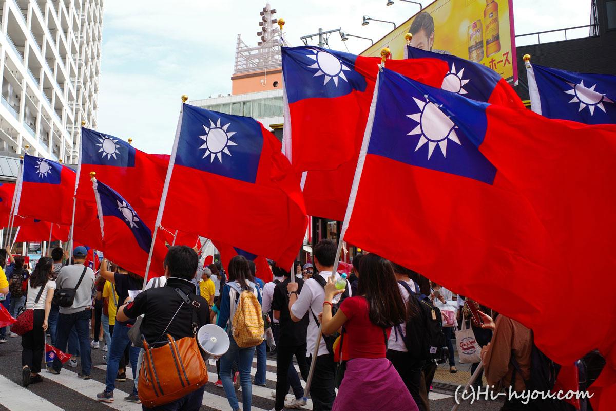 「加油台湾!」「加油台湾!」の声をあげながら横浜中華街を練り歩く