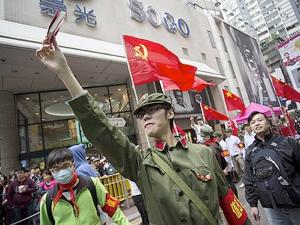 ※写真は時事通信社。中国人観光客の増加に抗議して、紅衛兵のコスチュームに身を固め「中国人は中国から出るな」を訴えるデモ隊
